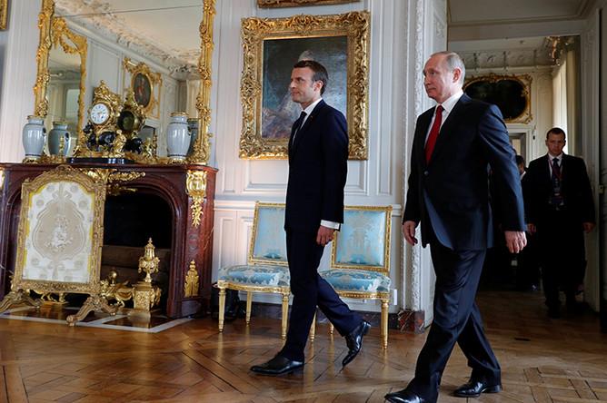 Президент Франции Эммануэль Макрон и президент РФ Владимир Путин во время встречи в Версале