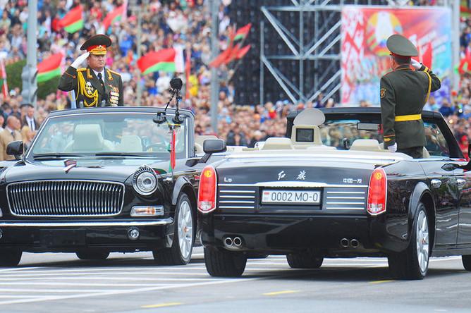 Министр обороны Республики Беларусь, генерал-лейтенант Андрей Равков (слева) во время парада в Минске, посвященного празднованию Дня Независимости Белоруссии, 3 июля 2018 года