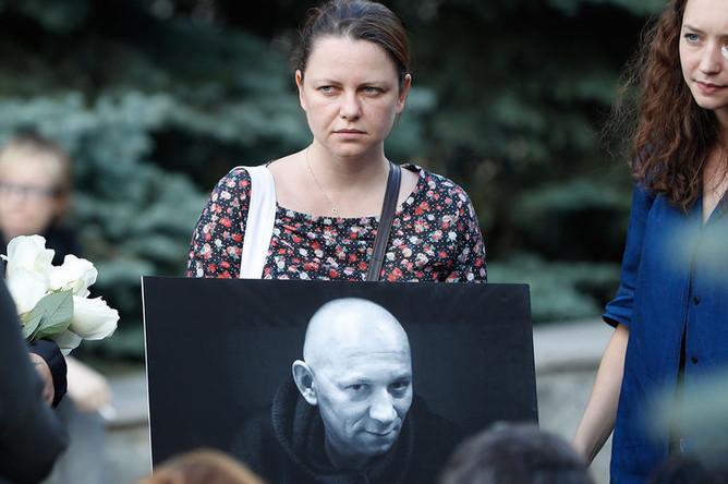 Во время церемонии прощания с убитым в ЦАР журналистом Александром Расторгуевым на Троекуровском кладбище Москвы, 7 августа 2018 года