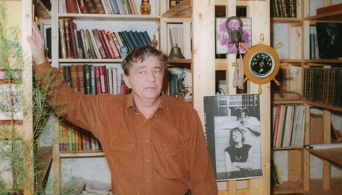 Эдуард Успенский в своей библиотеке, 1995 год