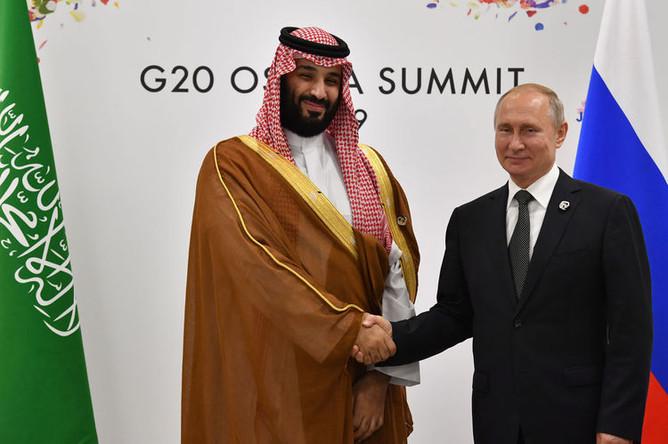 Президент России Владимир Путин и принц Саудовской Аравии Мухаммед ибн Салман Аль Сауд во время встречи на полях саммита G20, 29 июня 2019 года