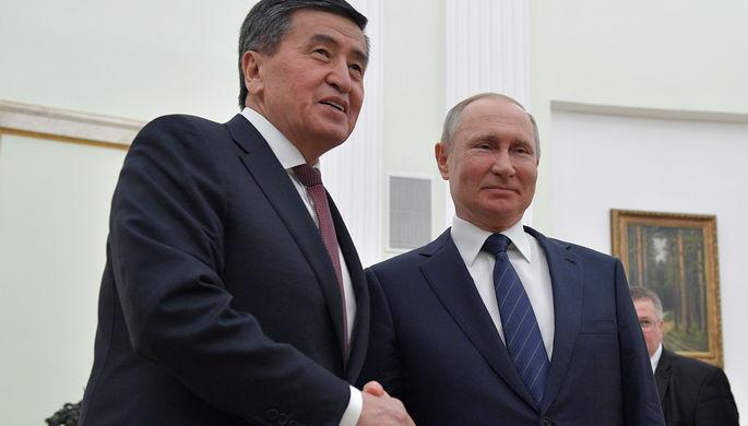 Президент России Владимир Путин и президент Киргизии Сооронбай Жээнбеков во время встречи, 27 февраля 2020 года