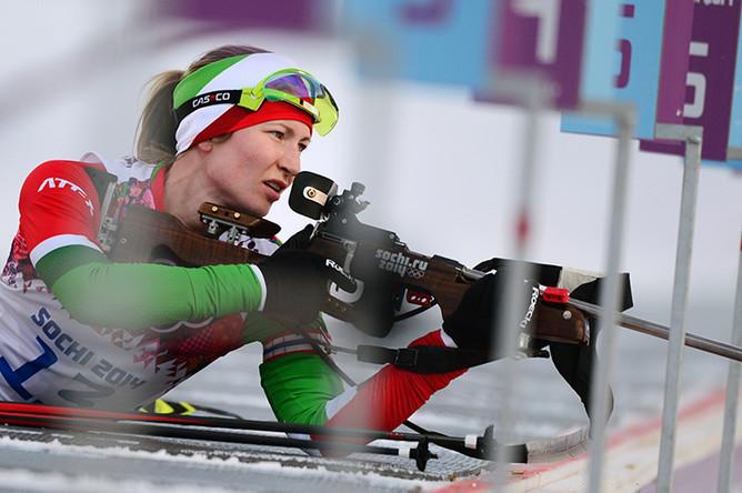 Дарья Домрачева на огневом рубеже индивидуальной гонки в соревнованиях по биатлону среди женщин на XXII зимних Олимпийских играх в Сочи, 2014 год