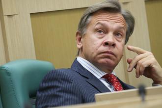 Член комитета Совета Федерации РФ по обороне и безопасности Алексей Пушков на заседании Совета Федерации РФ