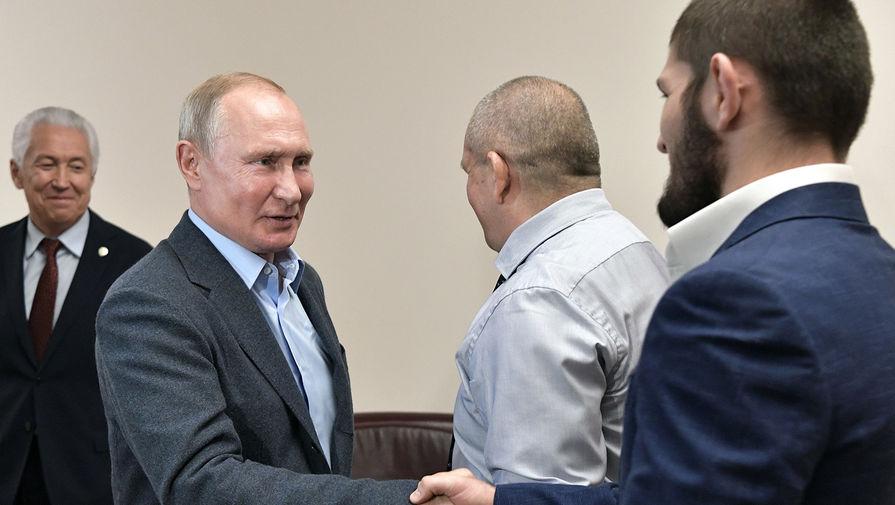 Президент России Владимир Путин и чемпион абсолютного бойцовского чемпионата (UFC) в легком весе Хабиб Нурмагомедов во время встречи, 2019 год