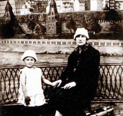 Зоя в возрасте 4,5 года с мамой Любовью Тимофеевной. 1928 год