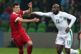 Форвард сборной России Дмитрий Полоз (слева) считает, что команда находится в поиске своей игры