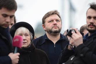 Губернатор Кировской области Никита Белых на месте убийства политика Бориса Немцова на Большом Москворецком мосту в Москве, 28 февраля 2015 года