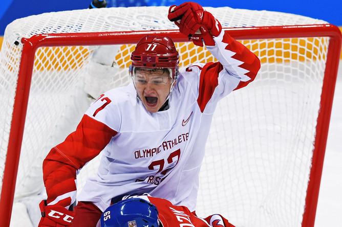 Игрок сборной России Кирилл Капризов (в центре) в полуфинальном матче Чехия- Россия