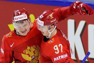 Игроки сборной России Кирилл Капризов (слева) и Никита Гусев