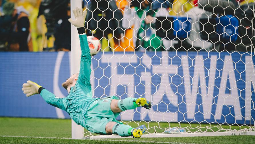 Вратарь Давид де Хеа (Испания) пропускает мяч во время серии пенальти во время матча 1/8 финала чемпионата мира по футболу между сборными Испании и России