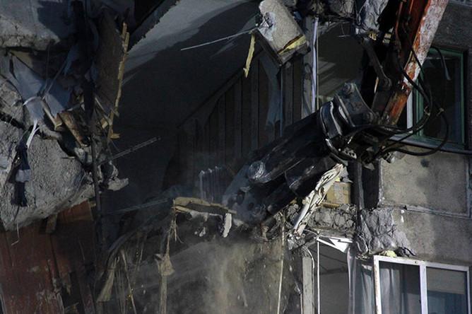 Демонтажные работы на месте обрушения подъезда жилого дома в Магнитогорске, 12 января 2019 года