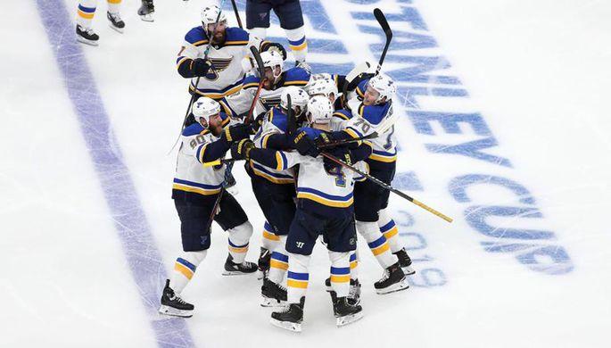 Хоккеисты «Сент-Луиса» празднуют первую победу в финалах Кубка Стэнли