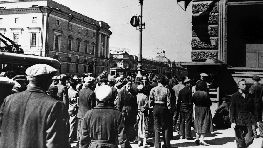 Невский проспект. Жители Ленинграда 22 июня 1941 года во время объявления по радио правительственного сообщения о нападении фашистской Германии на Советский Союз.