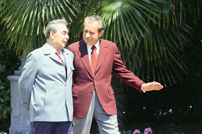 Генеральный секретарь Центрального комитета КПСС Леонид Ильич Брежнев и президент США Ричард Никсон на прогулке в Ореанде, 29 июня 1974 года