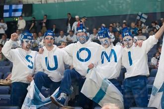 Финские болельщики поддерживают свою команду в четвертьфинале ЧМ