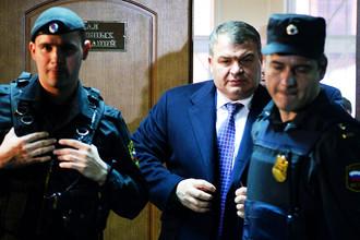 Бывший министр обороны Анатолий Сердюков (в центре) в Пресненском суде