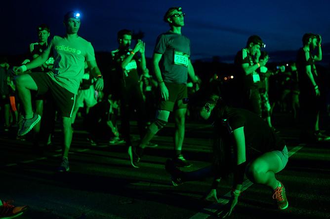 Участники ночного забега на Лужнецкой набережной в Москве