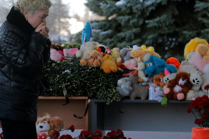 Люди возлагают цветы к мемориалу в память о погибших в катастрофе Boeing-737-800 в аэропорту Ростова-на-Дону