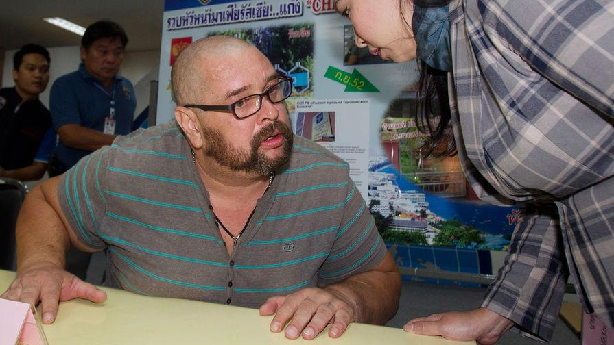 Россиянин Александр Матусов во время пресс-конференции в офисе иммиграционной службы в Бангкоке...