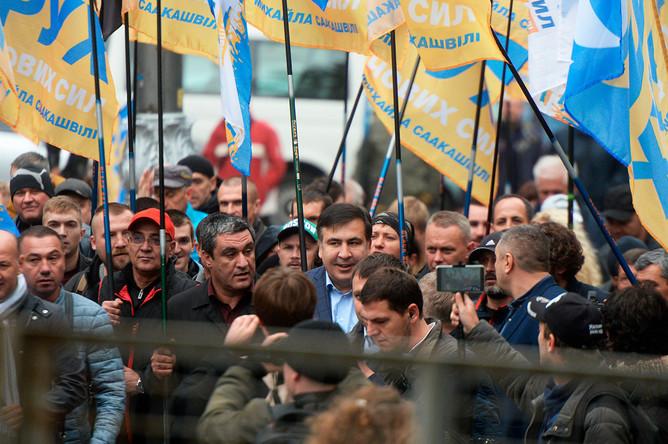 Михаил Саакашвили (в центре) на акции в поддержку политической реформы в Киеве, 17 октября 2017 года