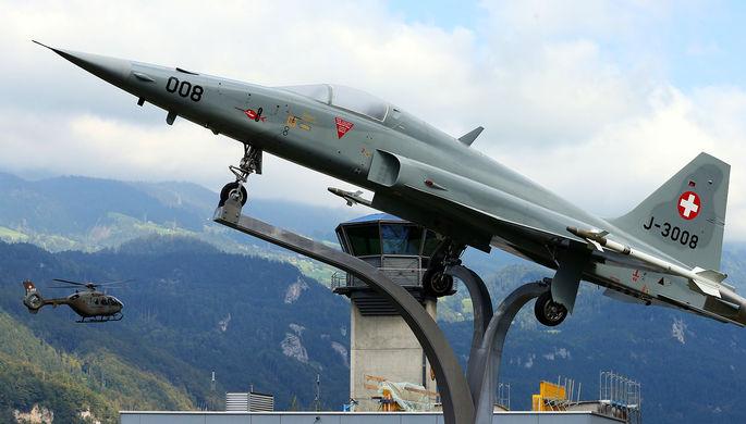 Самолет Northrop F-5 ll «Тайгер» на фоне армейского вертолета около авиабазы «Майринген» в Швейцарии, 2016 год