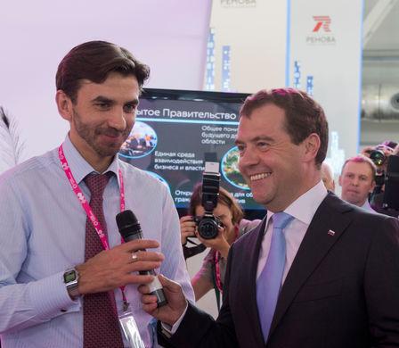 Министр по связям с «открытым правительством» Михаил Абызов и премьер-министр Дмитрий...