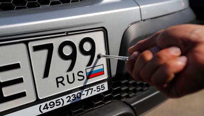 Сразу в салоне: Медведев разрешил дилерам выдавать номера