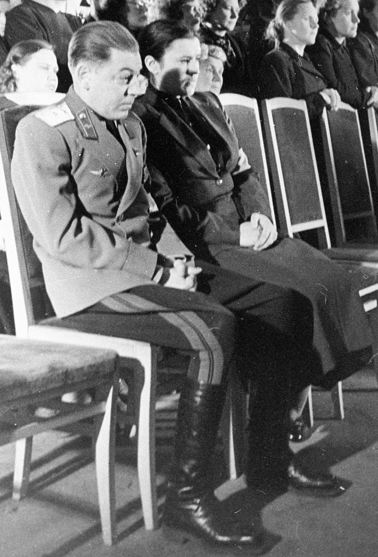 Сын Иосифа Сталина Василий с супругой Екатериной Тимошенко на церемонии прощания с И. В. Сталиным, 1953 год