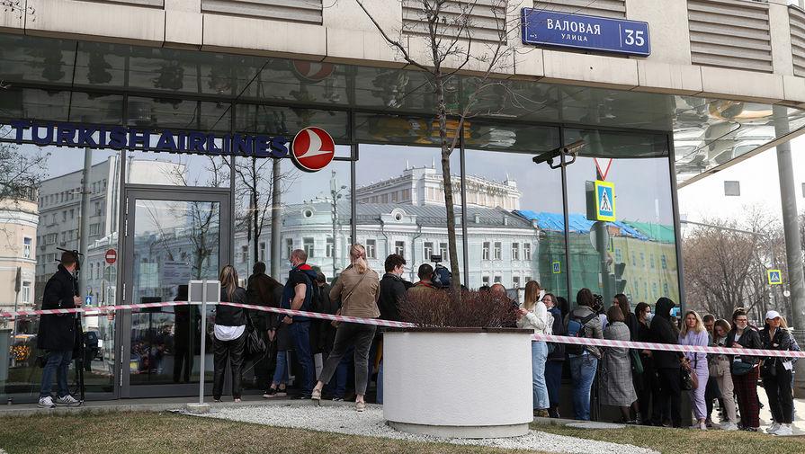 Очереди у московского офиса Turkish Airlines попали на видео