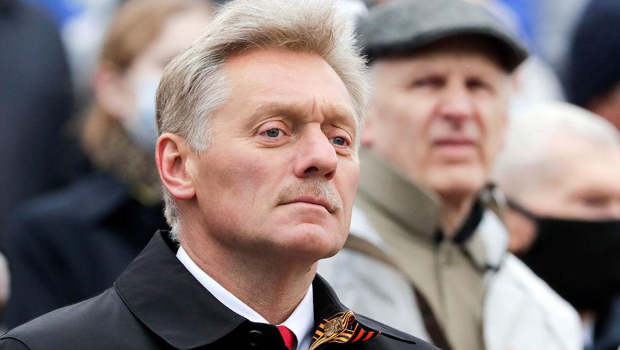 Пресс-секретарь президента России Дмитрий Песков во время парада, посвященного 76-й годовщине Победы в Великой Отечественной войне, на Красной площади, 9 мая 2021 года