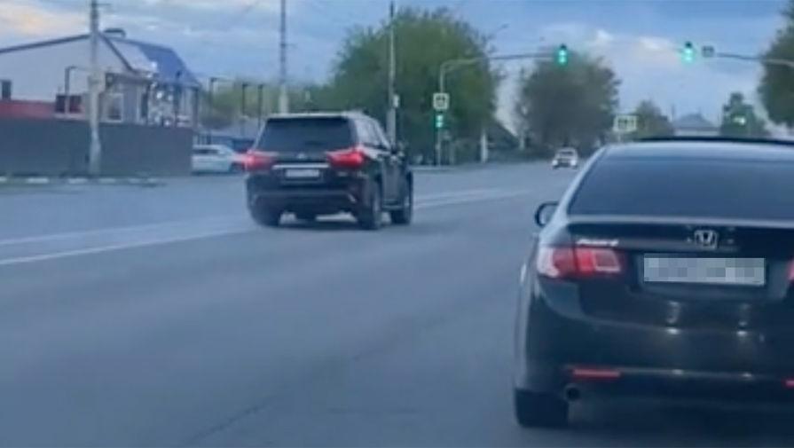Автомобиль Lexus за рулем которого якобы мог быть Олег Королев, движется со спущенными колесами (кадр из видео)