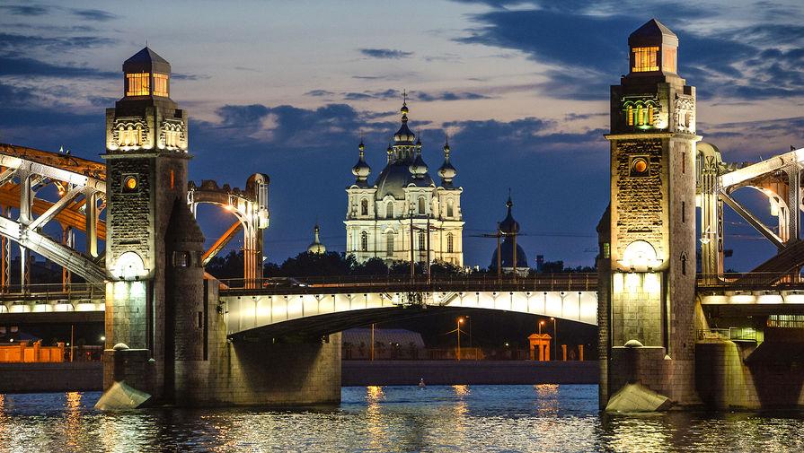 В Петербурге с севшего на мель теплохода эвакуировали 30 человек
