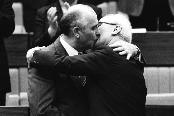 Главы СССР и ГДР Михаил Горбачев и Эрих Хонеккер во время встречи в Восточном Берлине, 1986 год