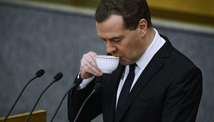 Медведев объяснил, почему пьет воду с газом