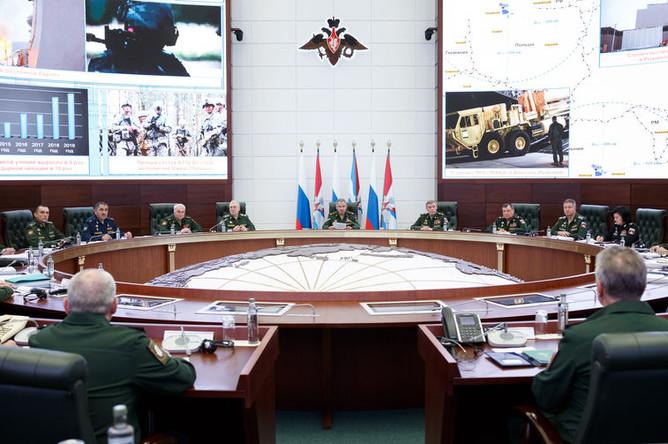 Министр обороны России генерал армии Сергей Шойгу (в центре) на заседании коллегии Минобороны, 21 августа 2019 года