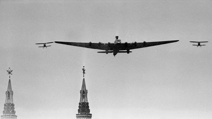 Самолет-гигант АНТ-20 «Максим Горький» в сопровождении двух И-5 над Красной площадью в Москве во время Первомайского парада, 1 мая 1935 года.