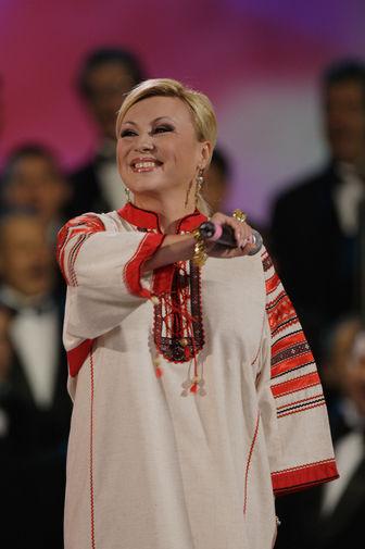 Валентина Легкоступова во время выступления на концерте в честь дня рождения Иосифа Кобзона в «Лужниках», 2009 год