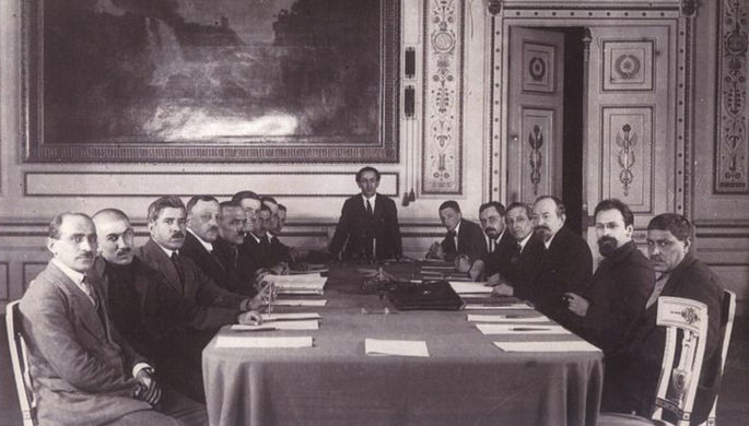 Чичерин (третий справа) во время подписания Московского договора о «дружбе и братстве» с Турцией