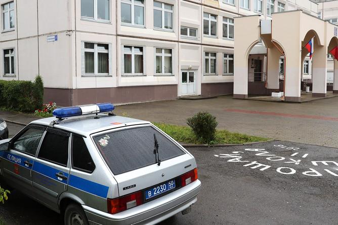 Автомобиль полиции около школы в Ивантеевке после инцидента со стрельбой, 5 сентября 2017 года