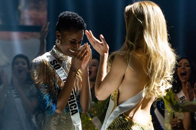 Представительница ЮАР Зозибини Тунзи и конкурсантка из Пуэрто-Рико Мэдисон Андерсон (справа) в момент объявления победительницы