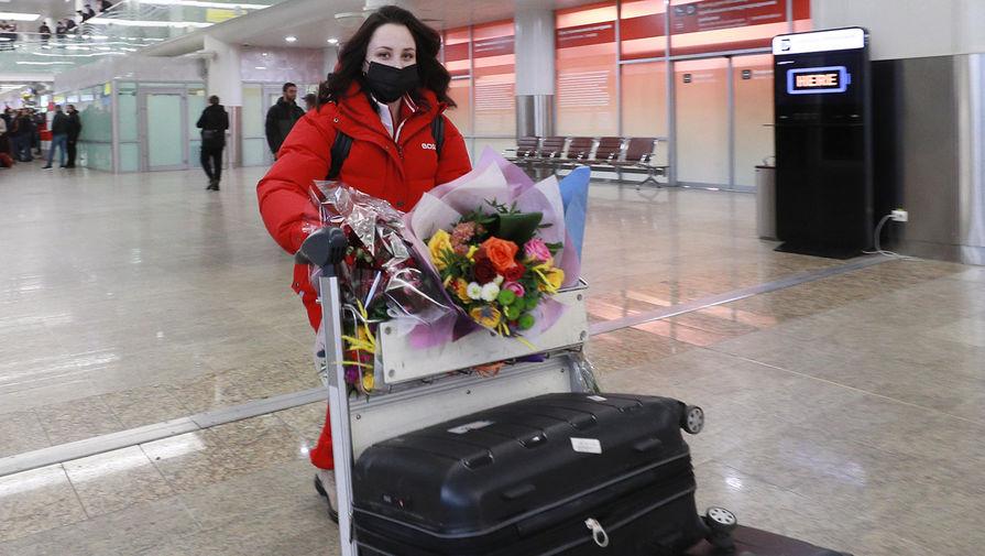 Член сборной России по фигурному катанию Елизавета Туктамышева в аэропорту Шереметьево во время встречи победителей и призеров с чемпионата мира в Швеции, 29 марта 2021 года