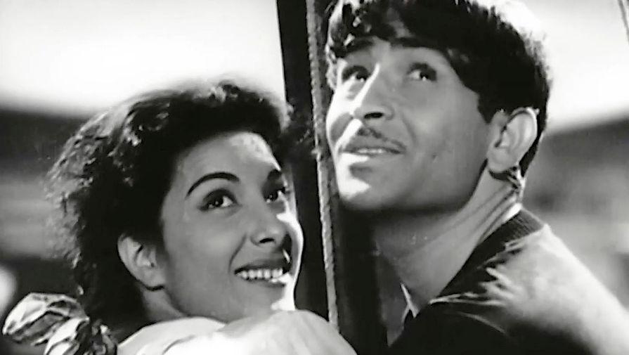 Наргис и Радж Капур в фильме «Бродяга» (1951)