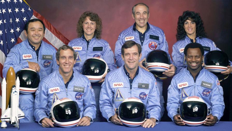 Члены экипажа космического шаттла «Челленджер» (слева направо): Майк Смит, Дик Скоби, Рон Макнейр, Эллисон Онидзука, Шэрон Маколифф, Грег Джарвис, Джудит Резник