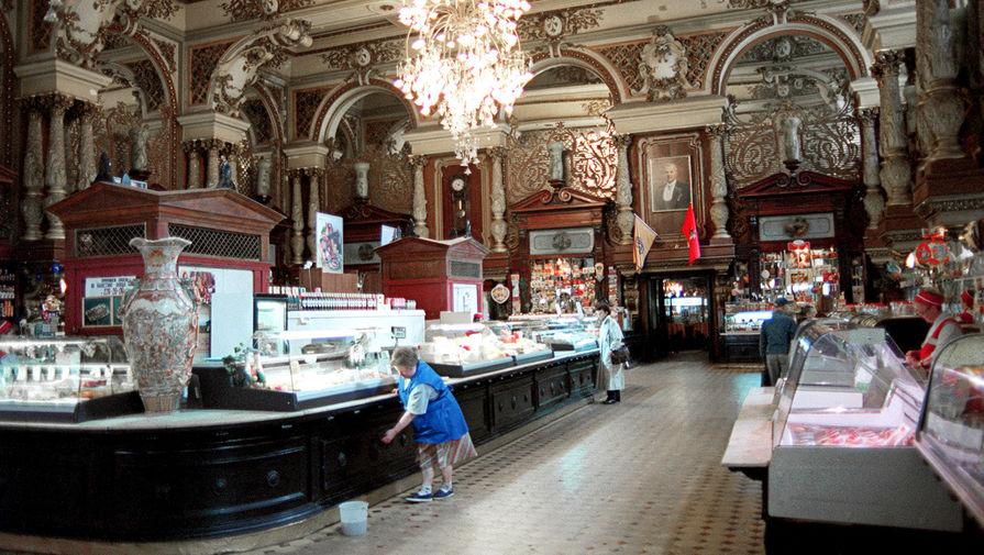 В начале 2000-х в здании магазина была проведена масштабная реставрация по эскизам Елисеева, найденным в семейном архиве. На фото: Елисеевский магазин, 2001 год