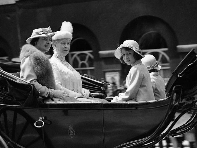 Принцесса Елизавета и ее сестра Маргарет, родившаяся в 1930 году, учились частным образом. Домашнее обучение фокусировалось на истории, английском языке, литературе и музыке. На фото королева Великобритании Елизавета со своей предшественницей, королевой Марией Текской, и дочерьми, принцессами Елизаветой и Маргарет, в 1937 году.