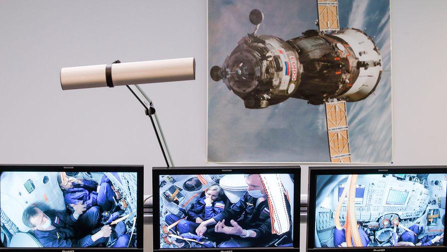 Актриса Юлия Пересильд (в центре на экране) и режиссер Клим Шипенко (второй слева на экране) во время тренировки на тренажере ТДК-7СТ4 и ТДК-7СТ3 перед полетом на МКС в Центре подготовки космонавтов им. Ю.А. Гагарина, 26 мая 2021 года