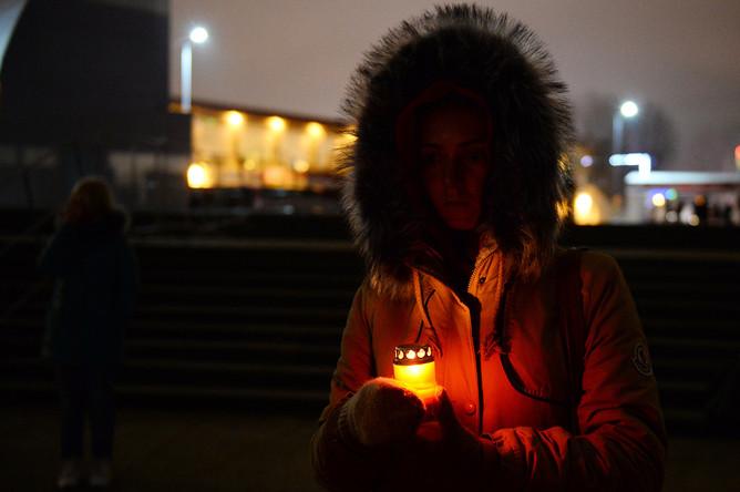 Девушка на акции памяти в Сочи, где самолет Минобороны РФ Ту-154 потерпел крушение у побережья Черного моря