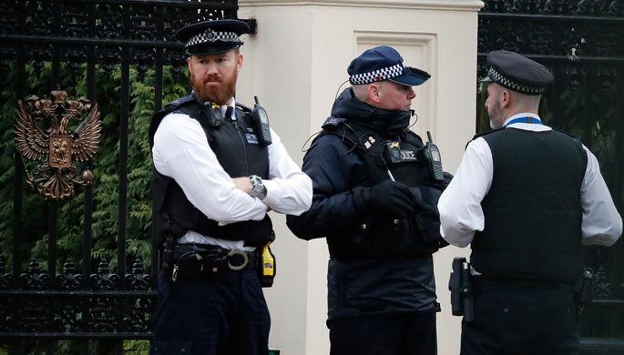 Сотрудники британской полиции около российского посольства в Лондоне, 20 марта 2018 года