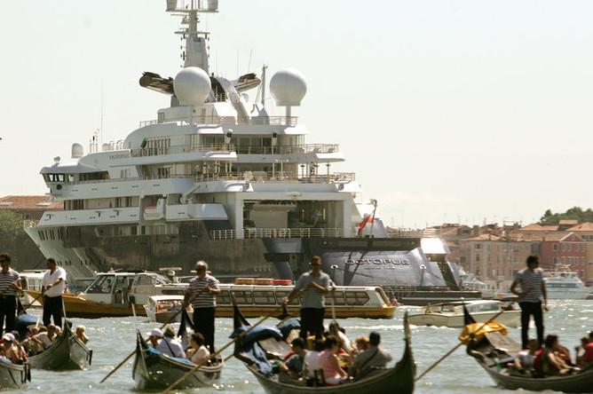 127-метровая яхта «Октопус» соучредителя Microsoft Пола Аллена на фоне гондол в Венеции, 2005 год